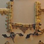 Altın ve bronz işlemeli deriden bir dizgin. (2.Bash-adar)